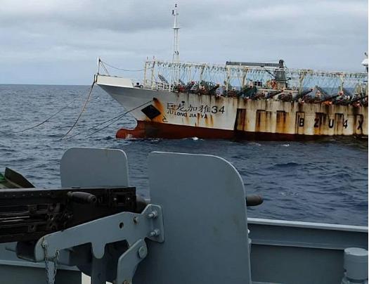 La armada pesquera china saqueó las aguas alrededor de Galápagos, Muestran  los datos .. - Alerta Geo