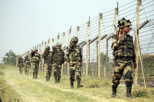 Las tensiones se intensifican cuando 2 soldados indios mueren y 4 resultan  heridos en el fuego transfronterizo de Pakistán en Cachemira. - Alerta Geo